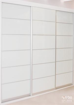 ארון הזזה לבן עיצוב קלאסי 3 דלתות